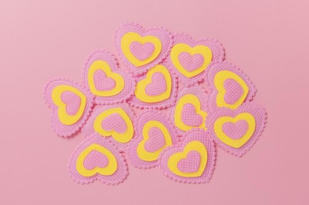 Roze en verlichte harten op een roze achtergrond. valentijnsdag concept.