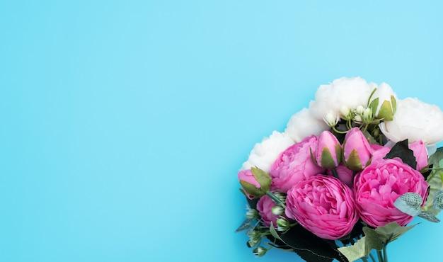 Roze en witte bloemen op blauwe achtergrond. moederdag, lente concept.