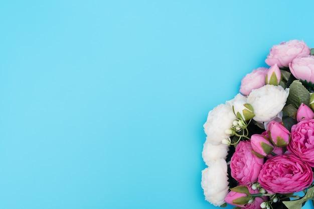 Roze en witte bloemen op blauwe achtergrond