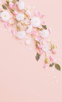 Roze en witte bloemen op papier achtergrond