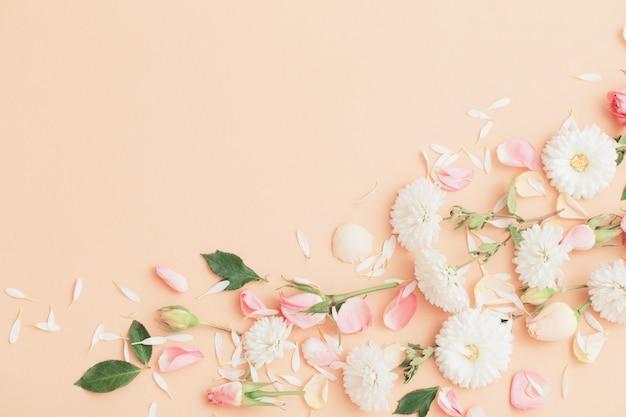 Roze en witte bloemen op papier