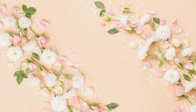 Roze en witte bloemen op papieroppervlak