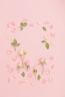 Roze en witte bloemen op roze papieren achtergrond