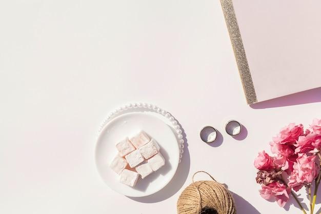 Roze en witte bruiloft arrangement met kopie ruimte