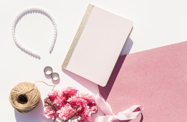 Roze en witte bruiloft arrangement