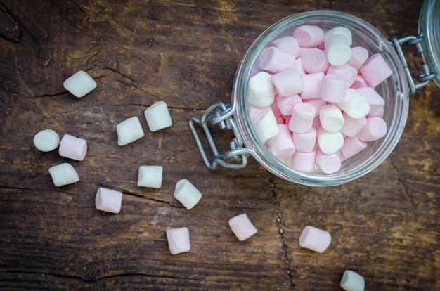 Roze en witte marshmallows in een pot