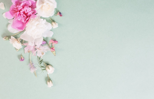 Roze en witte rozen op papier achtergrond