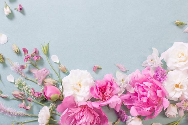 Roze en witte rozen op papier oppervlak