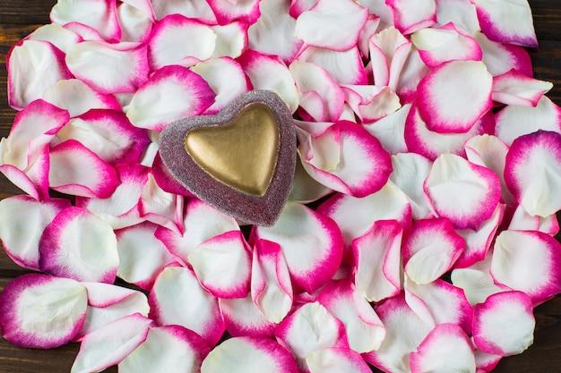 Roze en witte rozenblaadjes en hart