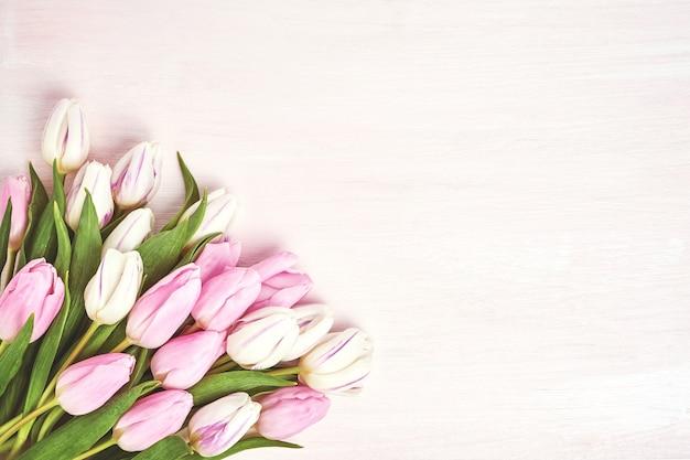 Roze en witte tulpen in vaas.