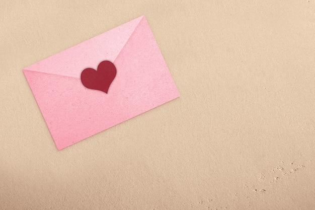 Roze envelop met hart met getextureerde muur