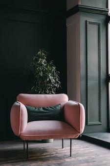 Roze fauteuil in een woonkamer