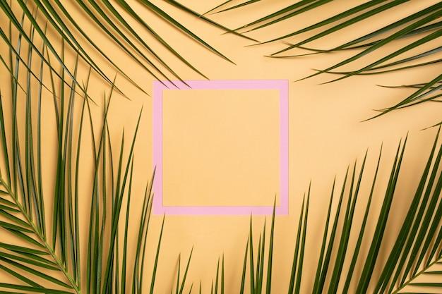 Roze frame met groene natuurlijke bladeren