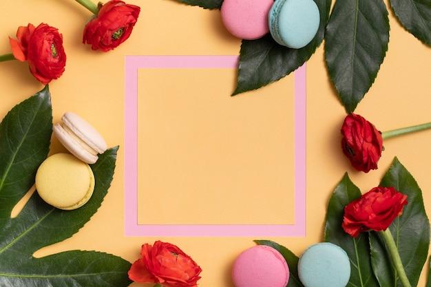 Roze frame met kleurrijke bitterkoekjes