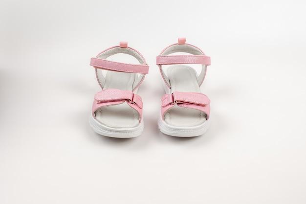 Roze geïsoleerde kindersandalen roze kindersandalen met witte zolen en klittenbandsluitingen
