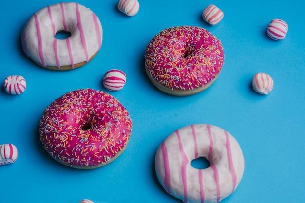 Roze gekleurde snoepjes op blauwe achtergrond