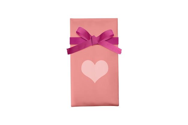 Roze geschenkdoos met rood lint en hart geïsoleerd op witte achtergrond