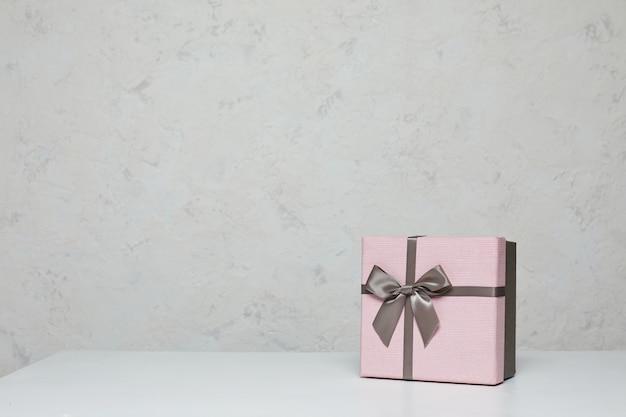 Roze geschenkdoos mockup op witte tafel