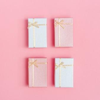Roze geschenkdozen met verrassing voor vrouwenvakantie, 8 maart, valentijnsdag, damesdag. roze papieren romantische achtergrond, celebtate wenskaart.