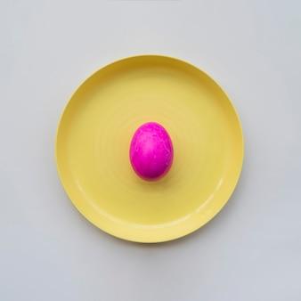 Roze geschilderd ei op plaat