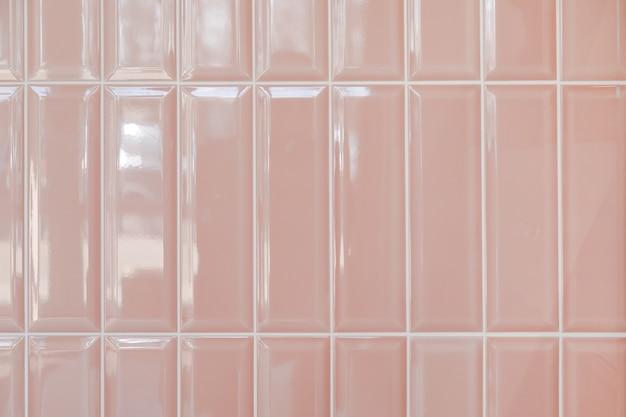 Roze glanzende rechtopstaande rechthoekige keramische tegels, achtergrond, textuur.