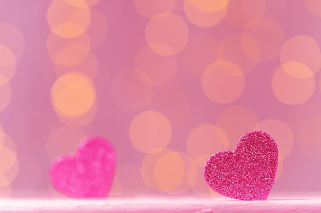 Roze glitter hart decoratie op roze close-up