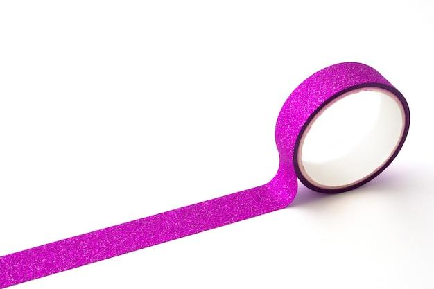 Roze glitter tape roll op witte achtergrond