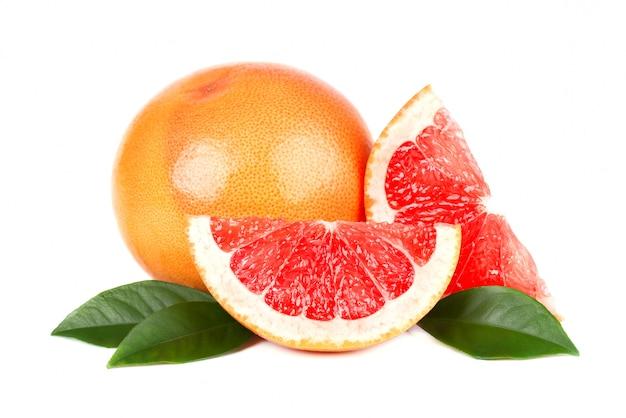 Roze grapefruit en segmenten geïsoleerd op een witte ruimte met uitknippad. geïsoleerde grapefruits. verse grapefruit met groene geïsoleerde bladeren.