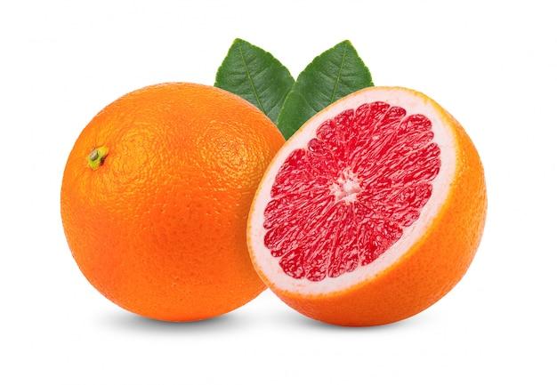 Roze grapefruit met bladeren op witte muur.