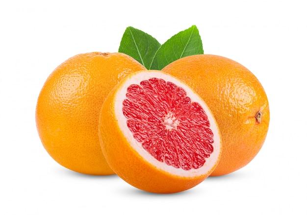 Roze grapefruitcitrusvruchten die op wit worden geïsoleerd