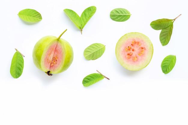 Roze guave met bladeren op een witte achtergrond.