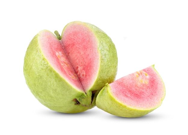 Roze guavefruit dat op witte achtergrond wordt geïsoleerd