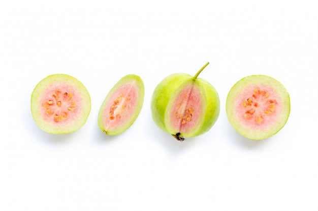 Roze guavefruit op witte achtergrond.