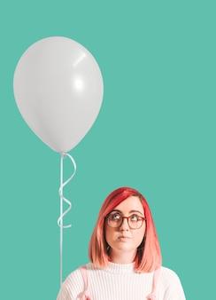 Roze haired meisje met een ballon