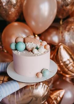 Roze handgemaakte taart voor een verjaardagsfeestje