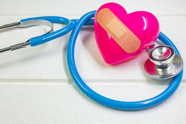 Roze hart en stethoscopen voor medische inhoud.