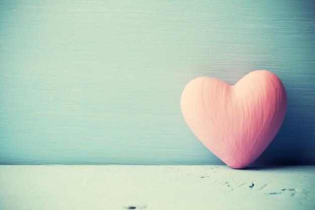 Roze hart op het houten oppervlak. provençaalse stijl.