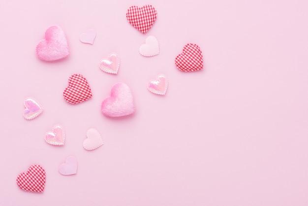 Roze hart op papier achtergrond met kopie ruimte voor liefde bruiloft of valentijnsdag.