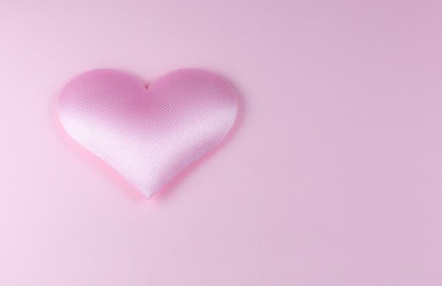 Roze hart op roze achtergrond. sint valentijnsdag concept. liefde en romantische foto. briefkaart voor vakantie. prachtig warm behang met liefde. zachte focus. ruimte kopiëren.