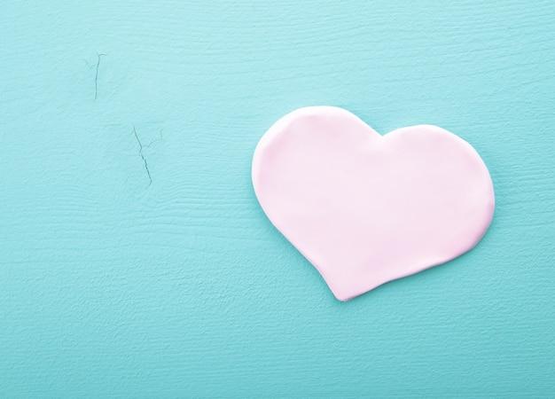 Roze harten op een houten textuur