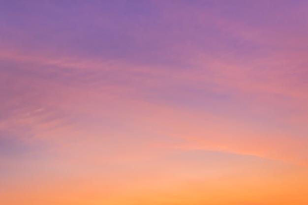Roze hemel natuurlijke achtergrond op schemering avond