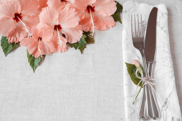 Roze hibiscus bloemen tabel instelling Premium Foto