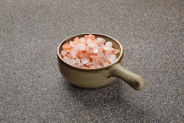 Roze himalayazout in een keramische kom op stenen oppervlak
