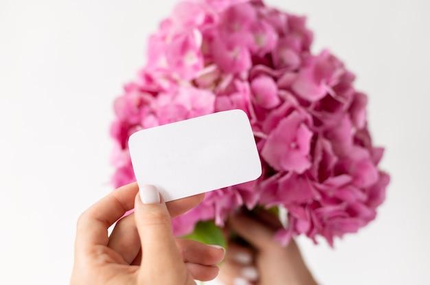 Roze hortensia boeket met notitie close-up