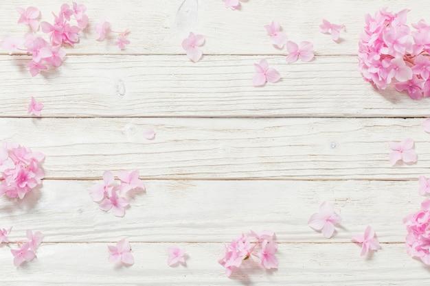 Roze hortensia op witte houten