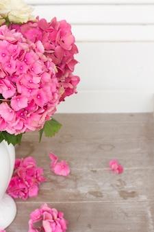 Roze hortensiabloemen op witte en grijze achtergrond