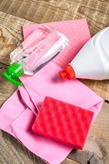 Roze huishoudelijke benodigdheden voor de voorjaarsschoonmaak