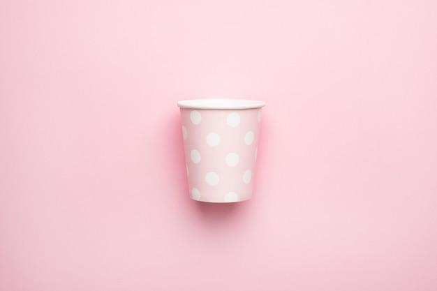 Roze in kartonnen bekers met stippen