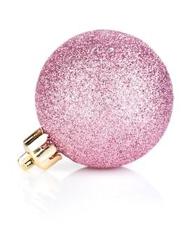 Roze kerstbal. geïsoleerd op witte achtergrond