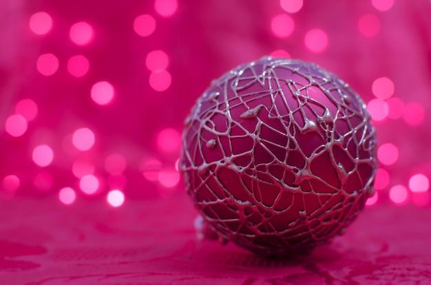 Roze kerstbal op bokeh